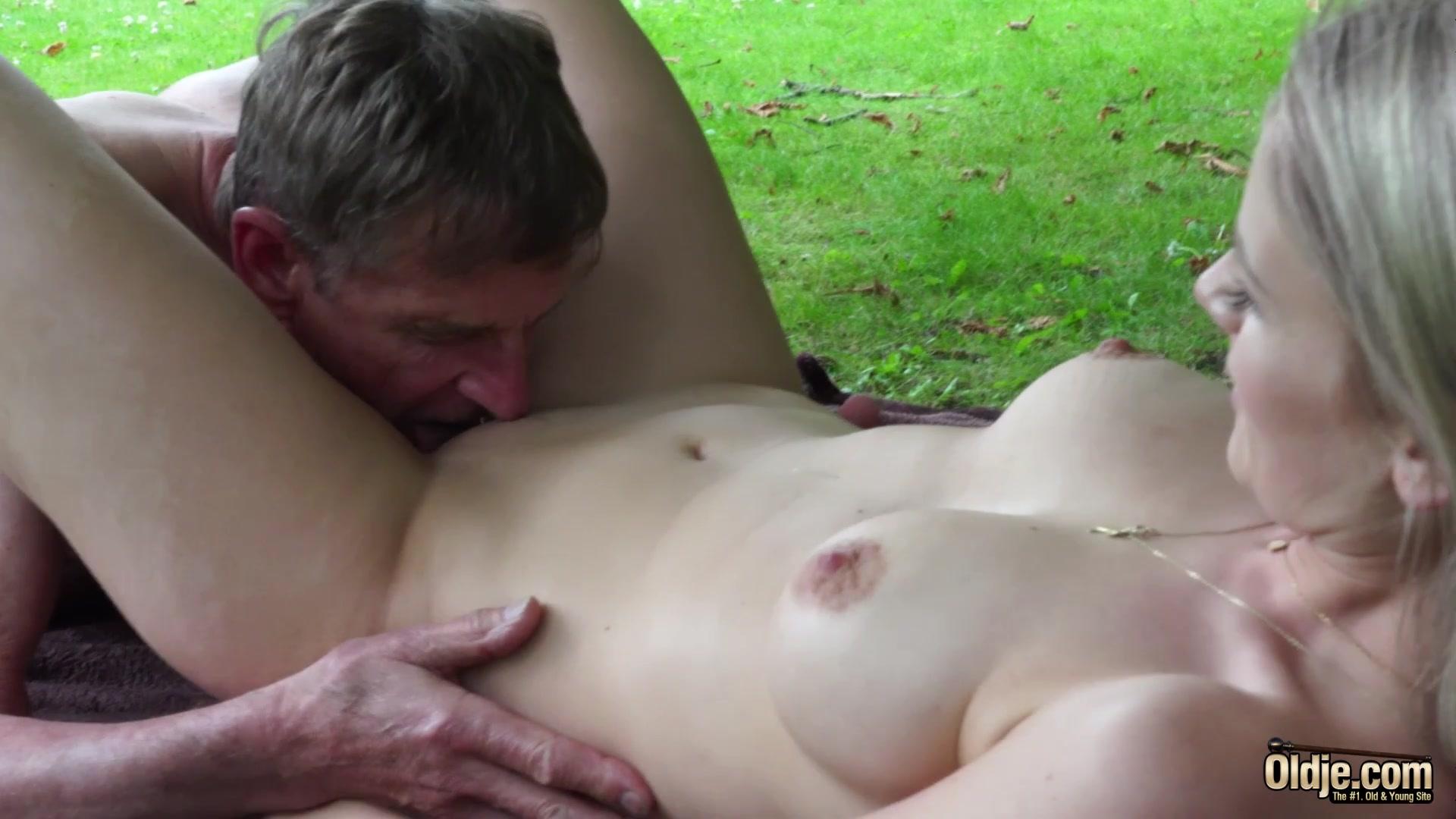 Старик С Молодой На Природе Порно